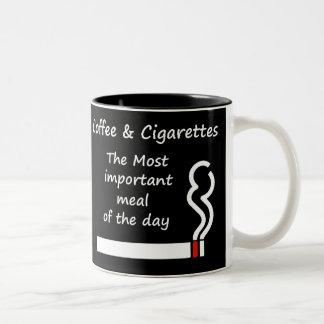 Café y taza de los cigarrillos