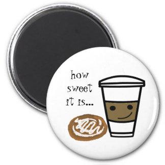 Café y un bollo de canela imanes