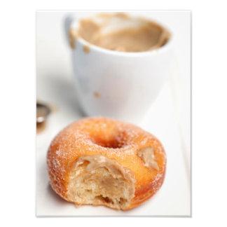 Café y un buñuelo para el desayuno cojinete