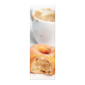 Café y un buñuelo para el desayuno lona envuelta para galerías