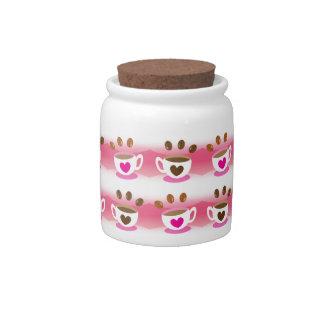 Cafés lindos del café del café en modelo rosado plato para caramelo