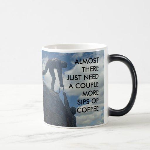 Caída adentro allí taza de café