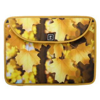 Caída amarilla de las hojas de otoño de las mangas funda para macbooks