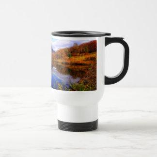 Caída del agua de la reflexión del paisaje del taza de viaje