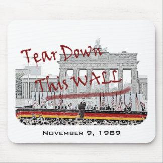 Caída del aniversario del muro de Berlín Mousepad
