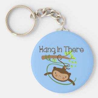 Caída del mono adentro allí llavero redondo tipo pin