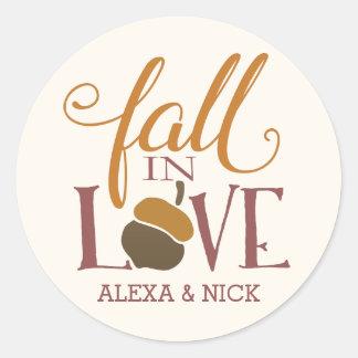 Caída en la bellota del otoño del amor el | pegatina redonda