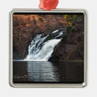 Caída hermosa del agua adorno navideño cuadrado de metal