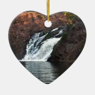 Caída hermosa del agua adorno navideño de cerámica en forma de corazón