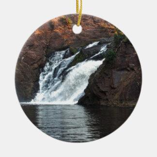 Caída hermosa del agua adorno navideño redondo de cerámica