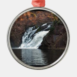 Caída hermosa del agua adorno navideño redondo de metal