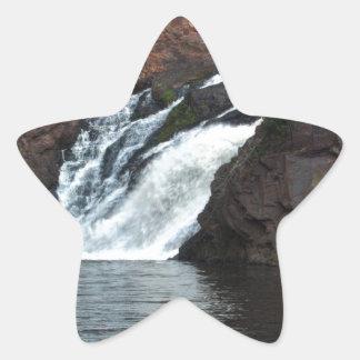 Caída hermosa del agua pegatina en forma de estrella