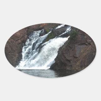 Caída hermosa del agua pegatina ovalada