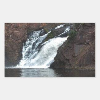 Caída hermosa del agua pegatina rectangular