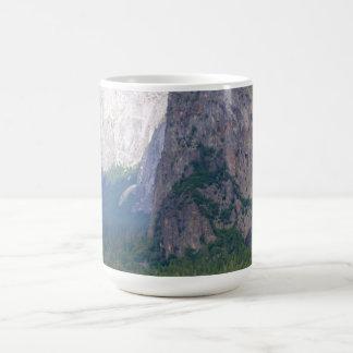 Caída nupcial del velo de Yosemite Tazas De Café
