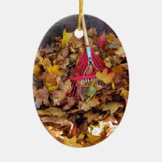 Caída - rastrillo de la cosecha de la hoja, adorno navideño ovalado de cerámica