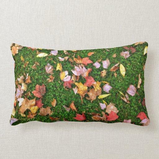 Caída roja de la hoja de la hierba verde de la alm almohada
