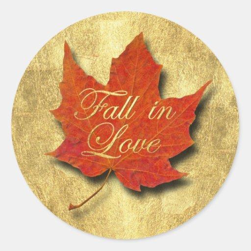 Caída roja de la hoja en amor en el oro pegatina redonda