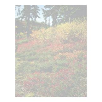 Caída roja en las flores de las cascadas membrete personalizado