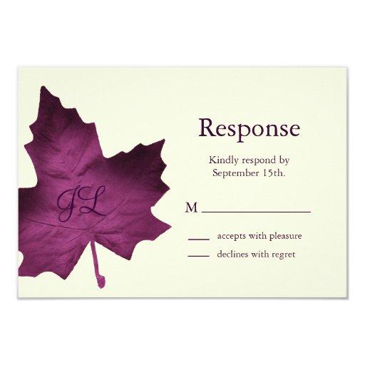 "Caída RSVP con monograma (púrpura) Invitación 3.5"" X 5"""