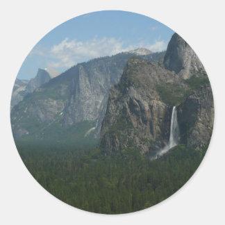 Caídas de Bridalveil y media bóveda en Yosemite Pegatina Redonda