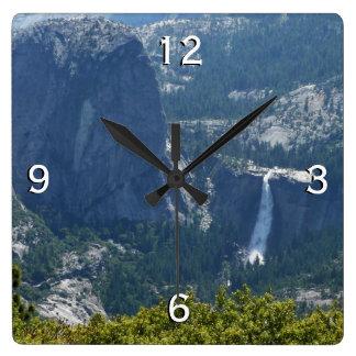 Caídas de Nevada del rastro Yosemite del panorama Reloj Cuadrado