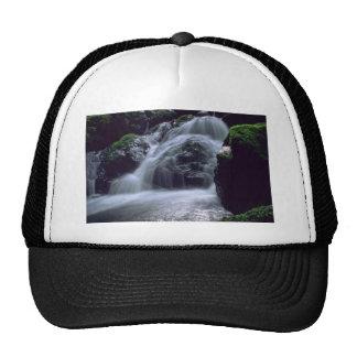 Caídas del agua de la montaña gorra