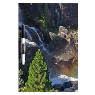 Caídas del arco iris de la corriente de la cascada pizarras blancas de calidad
