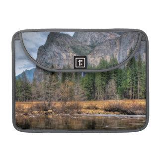 Caídas escénicas de Yosemite Fundas Macbook Pro