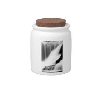 Caídas monocromáticas de la fábrica jarras para caramelos