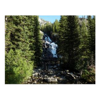 Caídas ocultadas en el parque nacional magnífico tarjeta postal