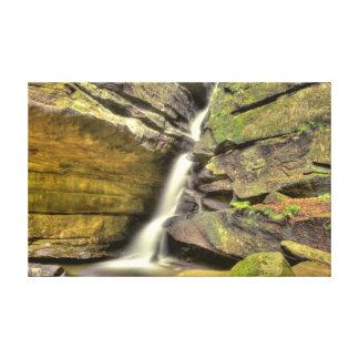 Caídas quebradas de la roca, la cueva del viejo lona estirada galerías
