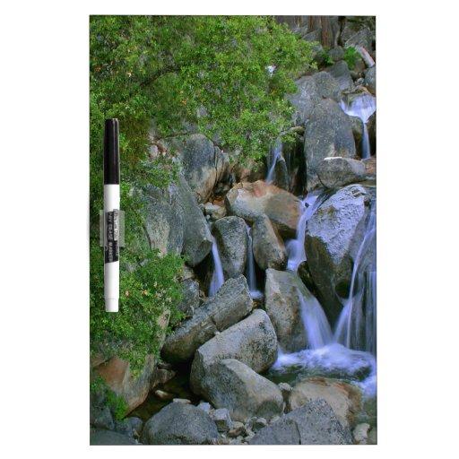 Caídas rocosas del río del agua tableros blancos