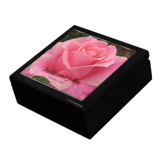 Caja de regalo color de rosa perfectamente rosada