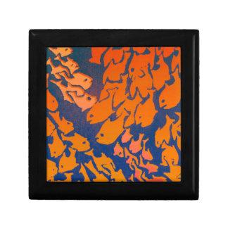 Caja de regalo con los bajíos de pescados de oro joyero cuadrado pequeño