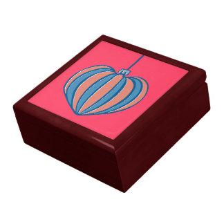 Caja de regalo roja del navidad del corazón retro