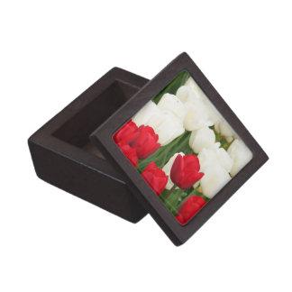 Caja de regalo superior de los tulipanes rojos y b caja de joyas de calidad