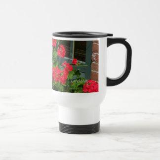 Caja de ventana verde roja de los geranios taza