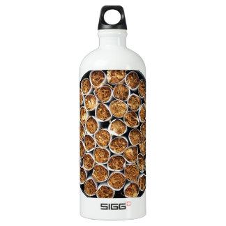 Caja del cigarrillo botella de agua