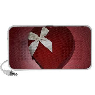 Caja en forma de corazón del terciopelo con la cin notebook altavoces