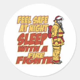 Caja fuerte de la sensación, sueño con un bombero etiqueta redonda