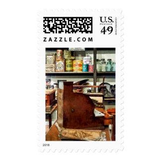 Caja registradora de madera en tienda general franqueo