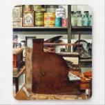 Caja registradora de madera en tienda general tapetes de ratones