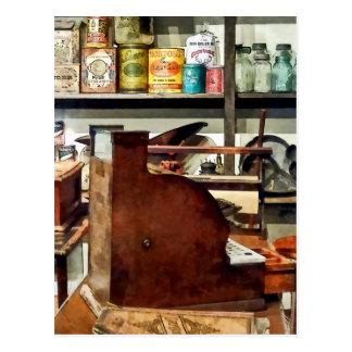 Caja registradora de madera en tienda general tarjetas postales