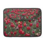 Caja roja de Macbook de los tulipanes Fundas Macbook Pro
