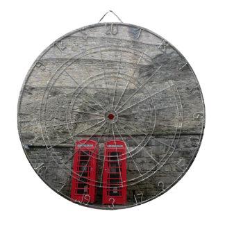 Cajas rojas británicas del teléfono en el castillo tablero de dardos