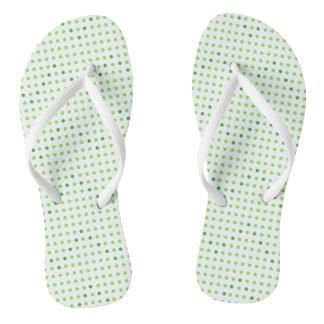 Cal y flips-flopes verdes de los puntos del modelo