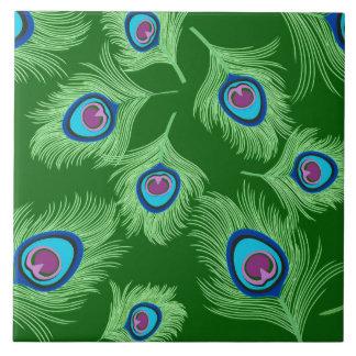 Cal y plumas azules del pavo real en verde azulejo cuadrado grande