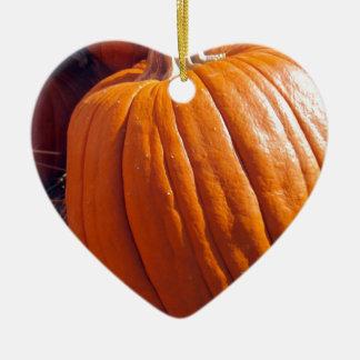 Calabaza anaranjada adorno navideño de cerámica en forma de corazón