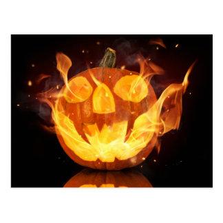 Calabaza de Halloween con las llamas del fuego Postal